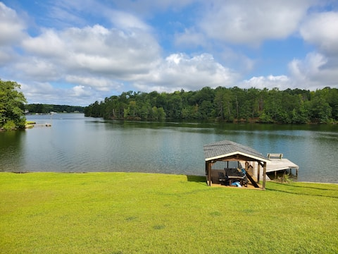 Lake Sinclair waterfront cottage with dock