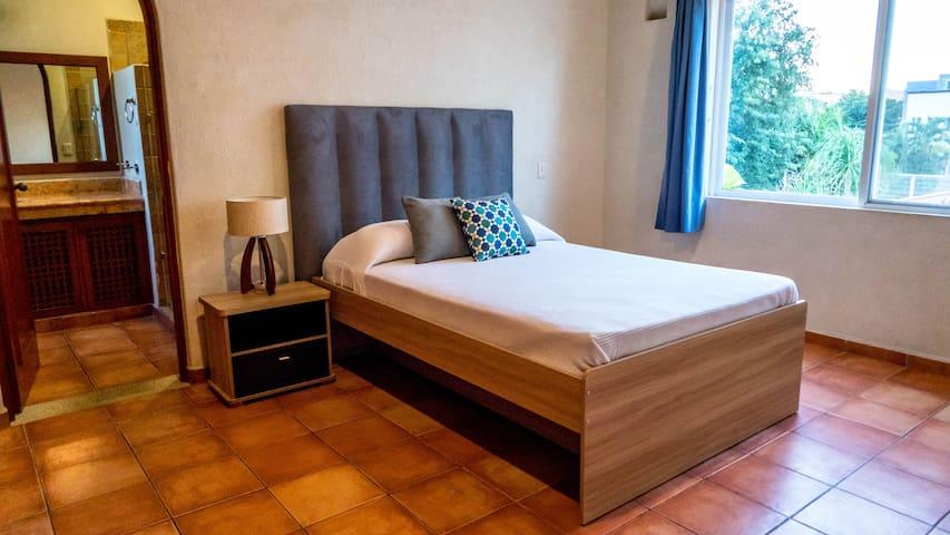 Recamara #2 Cama queen y una cama indvidual canguro. Baño privado  Bedroom #2 queen size bed and twin kangaroo bed. Private bathroom