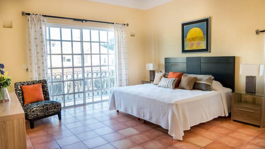 Recamara principal, cama king size, balcón y baño privado con jacuzzi  Main bedroom, king size bed, balcony and private bathroom with jacuzii
