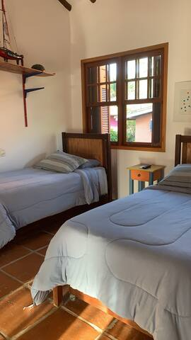 Suíte 5. Esta suíte possui 2 camas de solteiro + 2 bicamas. Acomoda 4 pessoas.