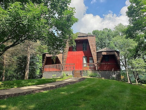 *Chic Chalet in the Bluffs!* Golf, Ski, Hike, Boat