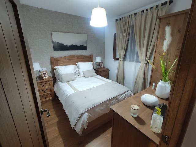 Habitación 1, con una cama doble de 1,35.