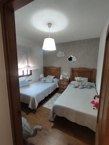 Habitación 2, con dos camas de 1,05.