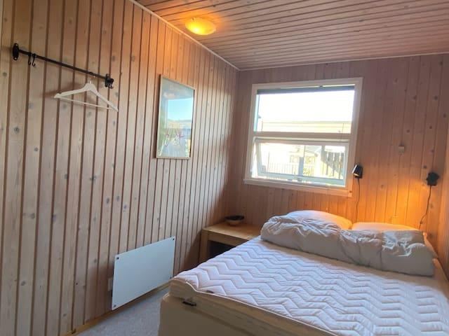 Gæsteværelse med dobbeltseng.