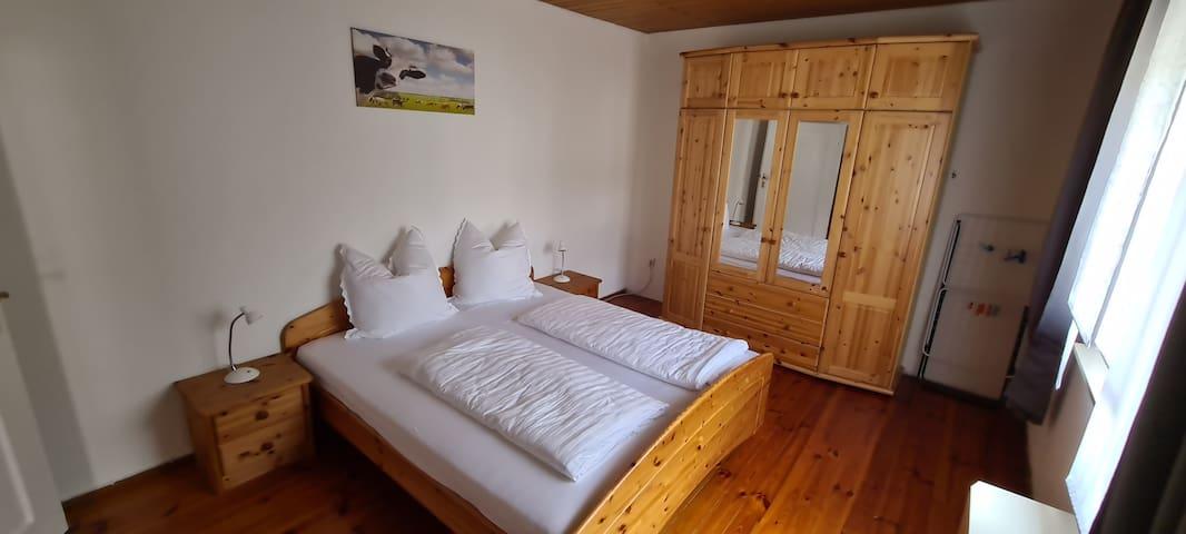 Schlafzimmer mit einem Doppelbett 180 x 200 cm und einem geräumigen Kleiderschrank