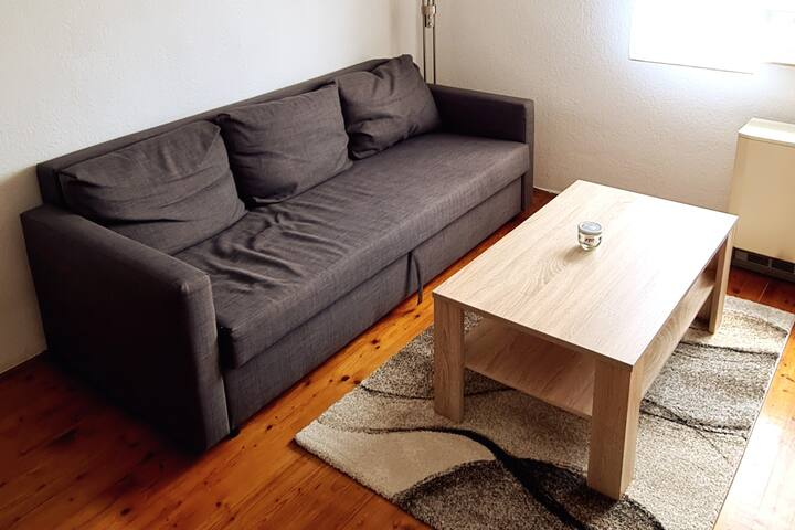 Couch kann für bis zu zwei weitere Personen in ein Schlafsofa verwandelt werden.