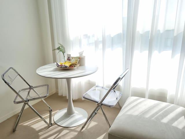 창가 옆 커피테이블 입니다. 간단한 다과를 즐겨보세요.