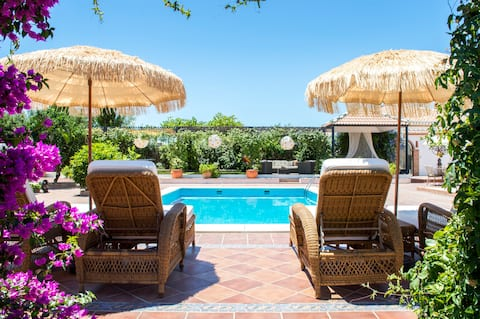 Private 2 bed villa with pizza oven, pool, gardens