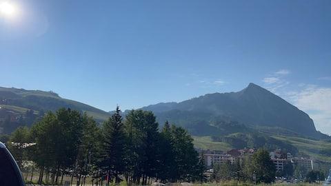 Mountain 2 bed condo w/ pool, walk to ski resort