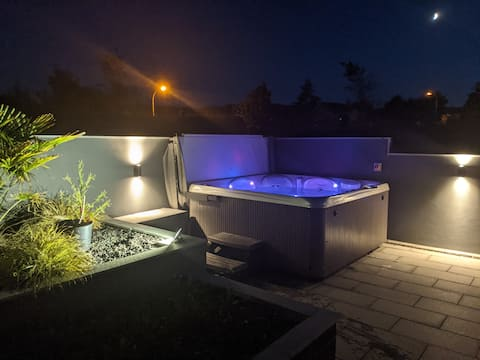 Luxury 4 Bedroom House with Hot Tub