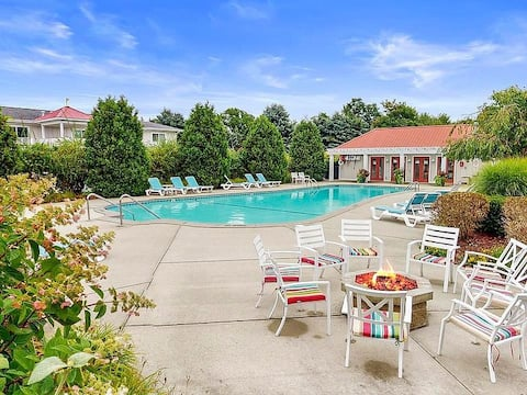 Condo close to beaches with  pool, one bedroom