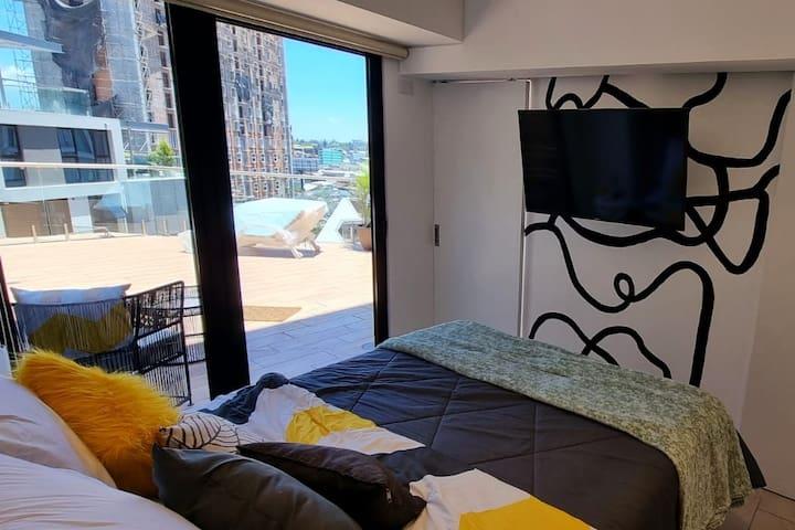 En el dormitorio podrás  disfrutar en una Smart TV 43 pulgadas de Amazon prime,  Netflix, cable
