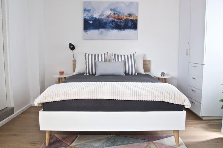 Cama matrimonial con colchón de firmeza media que se adapta a tu espalda. - Double bed with a medium-firm mattress that adapts to your back.