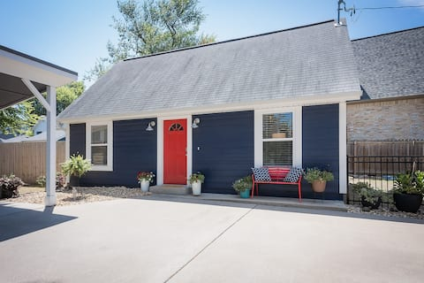 Cozy Two Bedroom Bungalow-Short Walk to Square