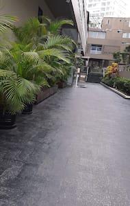 Dadurch, dass in unserem Gebäude 2 Rollstuhlfahrer leben, wurde der Eingangsbereich und alle gemeinschaftlichen Flächen Barrierefrei umgebaut.