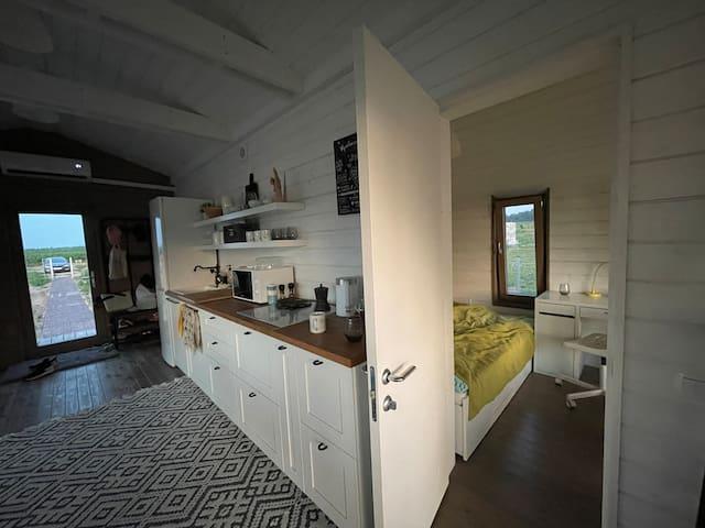 Эта дверь от кухонной зоны ведет в маленькую спальню (6 метров)