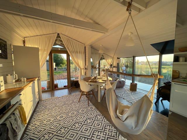 Внутри домика — большая кухня-гостиная + одна маленькая спальня + ванная комната