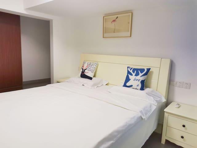 2号房间有衣柜,空调,1米8床