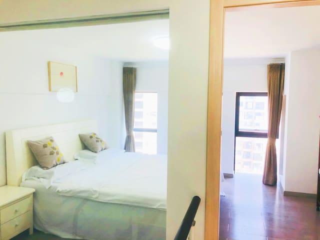 卧室一,1.8米实木床,纯棉四件套,乳胶床垫乳胶枕向南房间,有窗,南北通透。