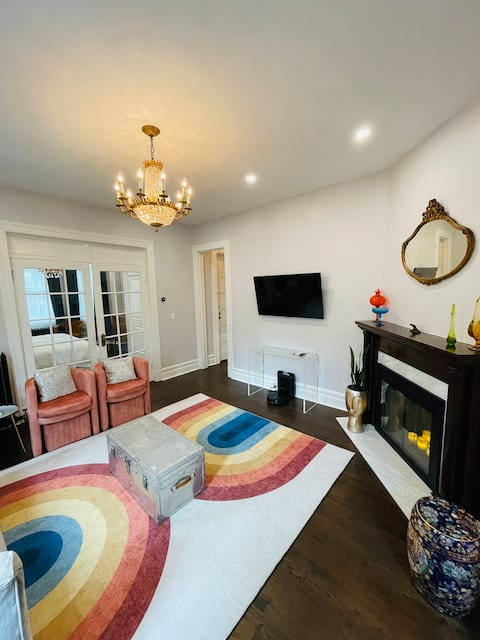 Modern & Bright 2-Bedroom in a Private Victorian