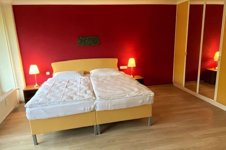 Ein großzügiges 2m x 2m Bett und ein großer Einbauschrank stehen zur Verfügung