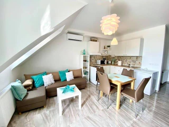 Konyha, étkező, nappali - gépekkel felszerelve, kompakt, nagyon élhető és élvezhető tér