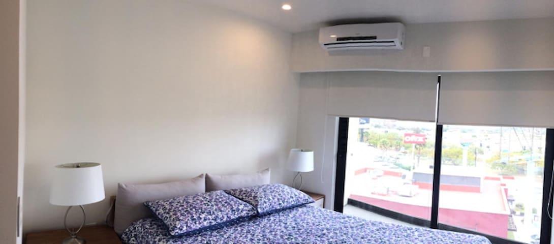 La recamara principal cuanta con una cama matrimonial muy cómoda y minisplit vestidor y baño  Hermosa vista desde el piso 6 de la torre , hacia el parque metropolitano