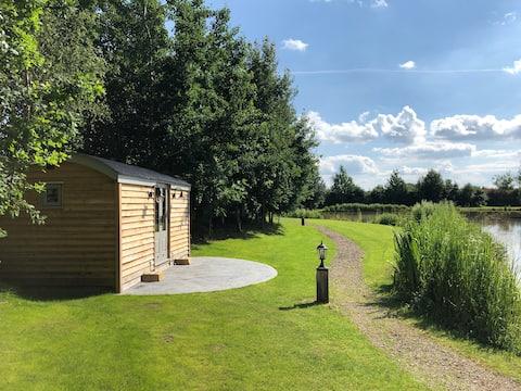 Luxury Shepherds Hut, The Sweet Pea by the Lake