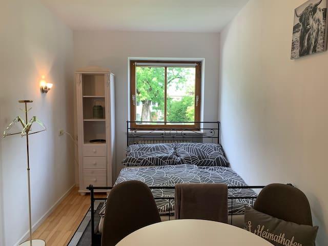 Schlafzimmer mit Essecke