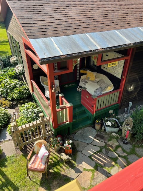 Velvet Antlers Vermont Vintage Cottage - Hot Tub