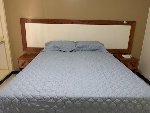 Cama de casal e roupa de cama nova.