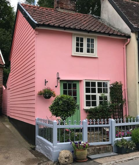 Cosy Character 1-Bedroom Pink Cottage in Village