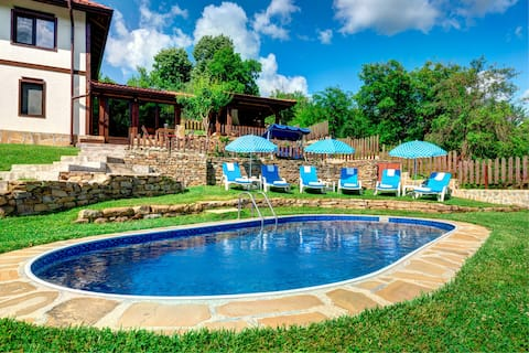 Villa mit beheiztem Pool und Sauna.