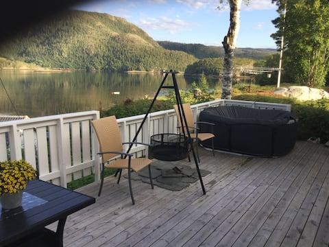Koselig feriehus i nærheten av sjø og fjell.