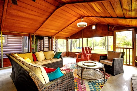 Spacious Southern Chalet! Sleeps 12, with hot tub!