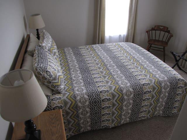 Guest bedroom with queen bed