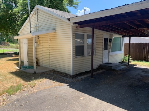 Cute guest house with yard 3 blocks from USU