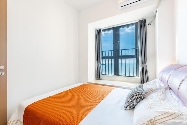 皮质床,配乳胶床垫和乳胶枕,躺在床上都能看到一线无遮拦海景。