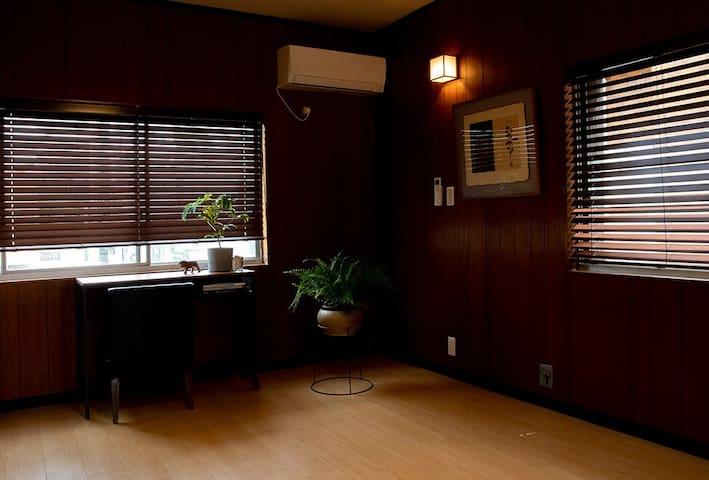 <Spacious Study>  ワークスペースにもなる二階の静かな洋室。 窓際のデスクは、ちょっとした仕事をするのにぴったり。 ゆったり座れる一人がけソファもありますので、読書などをするにも最適のスペースです。  In the 2nd floor Western-style study, find a perfect spot to work or read.