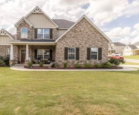 Quiet 5 br house near lake in safe community