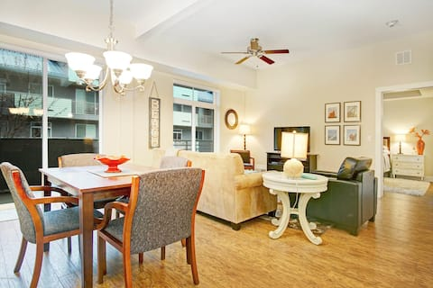 Lovely 1-bedroom condo w/free parking on premise!