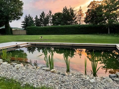 Fredfyldt indkvartering i en bondegård med bio-swimmingpool