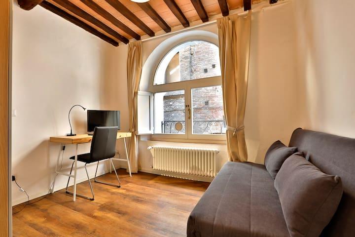 Seconda camera con divano letto e scrivania