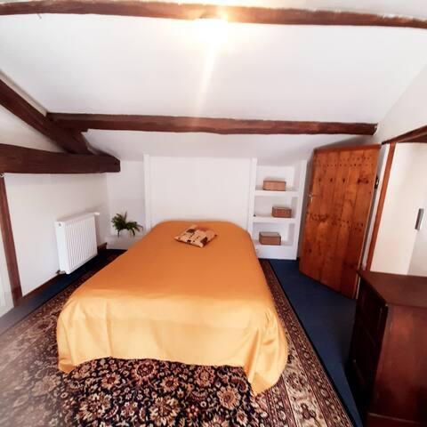 Et finalement la chambre avec le lit 2 places. Elle est suffisamment grande pour y installer le lit parapluie si vous avez un nourrisson. / And finally the room for two. It is large enough to set up a travel cot. if you come with your baby.