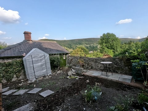 Cosy, artistic 1-bedroom cottage in the peaks