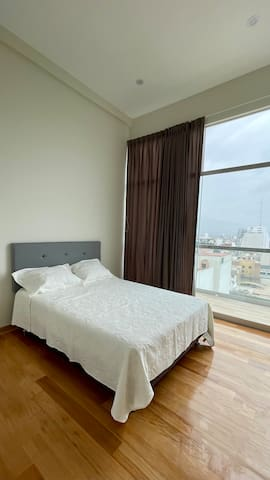 La habitación cuenta con salida a la terraza y una mirada a la ciudad espectacular.