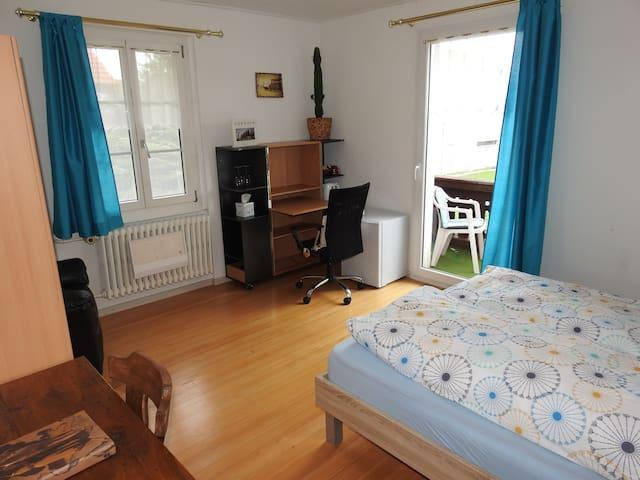 Schreibtisch, Kühlschrank und Wasserkocher, Tee und Kaffee im Zimmer