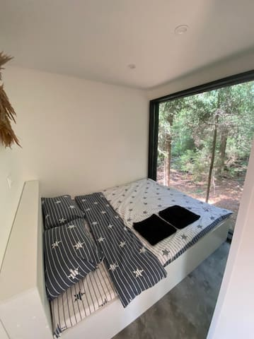 Спальня с панорамным видом на хвойный лес
