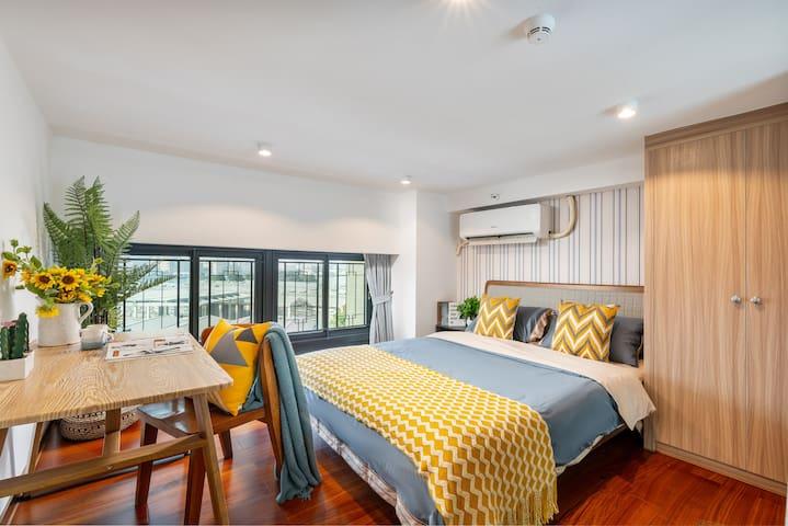 主卧:1.8米宽的大双人床 带江景