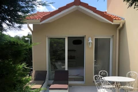 Air-conditioned house, garden at 700m from the sea